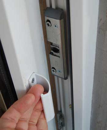 Установка защелки на пластиковую балконную дверь - домашние .